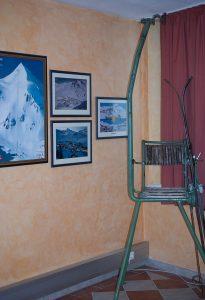 Auch alte Liftsessel zieren die Ausstellung.