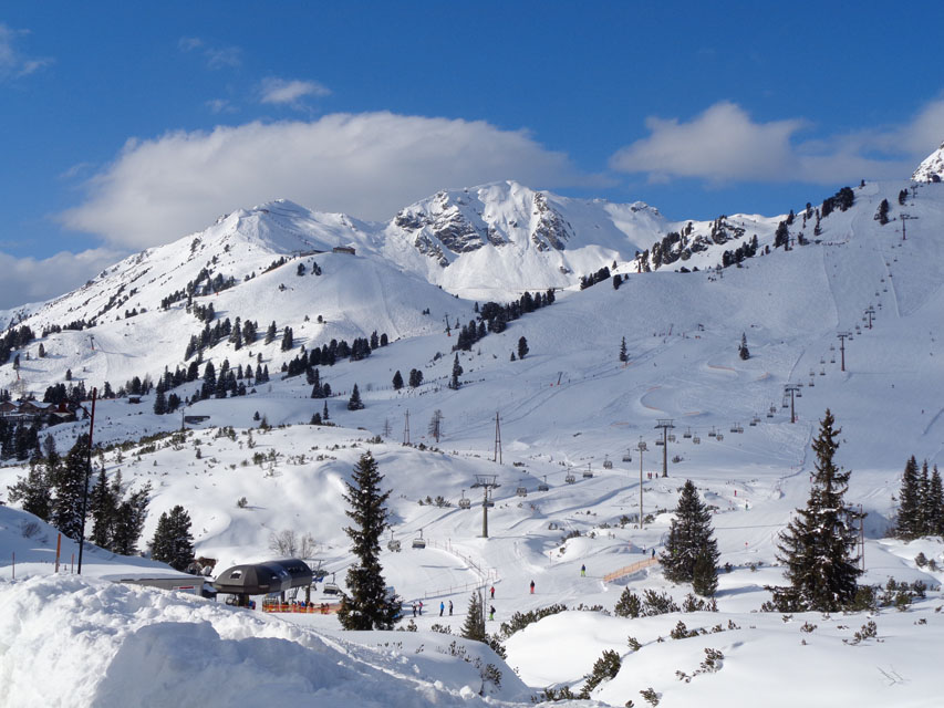 Die Vielzahl der Pisten rund um Obertauern ist nicht besonders steil und wohl von jedem auch nicht so begabten Skifahrer ohne größere Probleme zu befahren. – Foto: Dieter Warnick