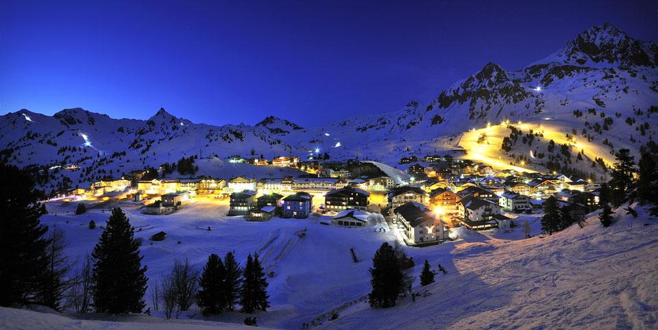 Zweimal in der Woche kann man in Obertauern unter Flutlicht Skifahren. Die Edelweißpiste ist montags und donnerstags jeweils von 19 bis 22 Uhr hell beleuchtet. – Foto: Tourismusverband Obertauern