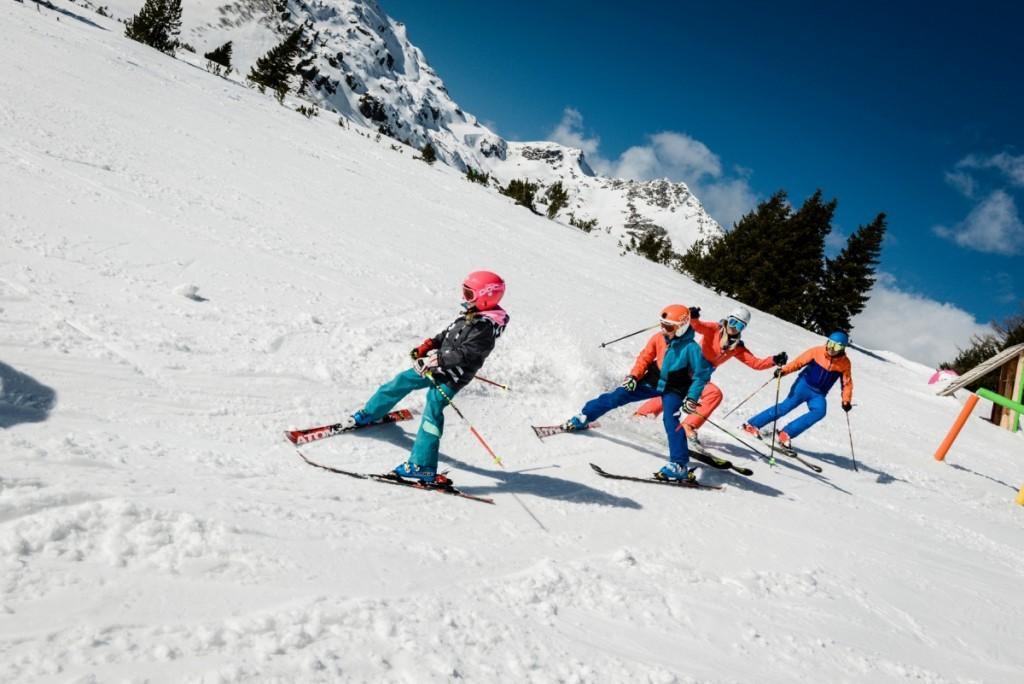 Spielerisch lernt es sich am leichtesten, so ist das auch beim Skifahren in Obertauern mit Kindern.