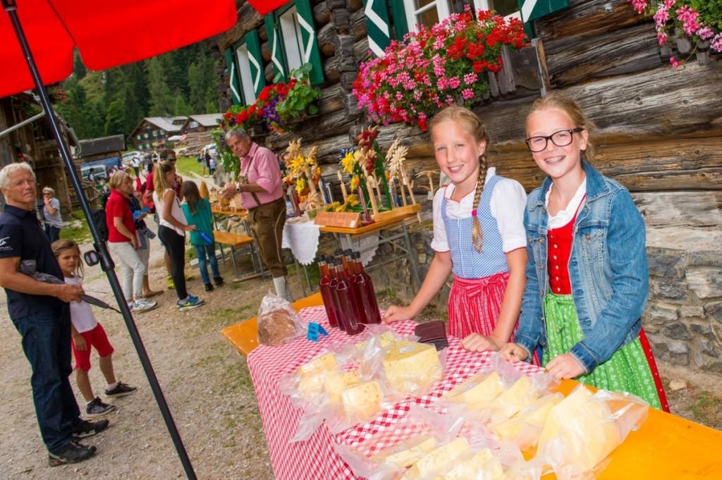 Beim Almfest gibt's viele regionale Spezialitäten zu verkosten. Einige davon kann man auch für daheim mitnehmen - wer kann bei solchen Verkäuferinnen schon nein sagen.