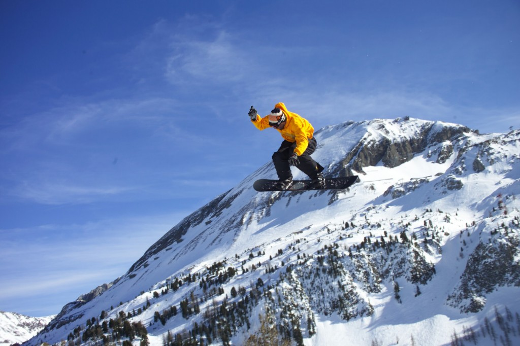 """Winterzeit in Obertauern: """"Jump around and get down,"""" Snowboarden bleibt Trendsportart und erlebt mit neunen Shapes ein Revival der Neunziger."""