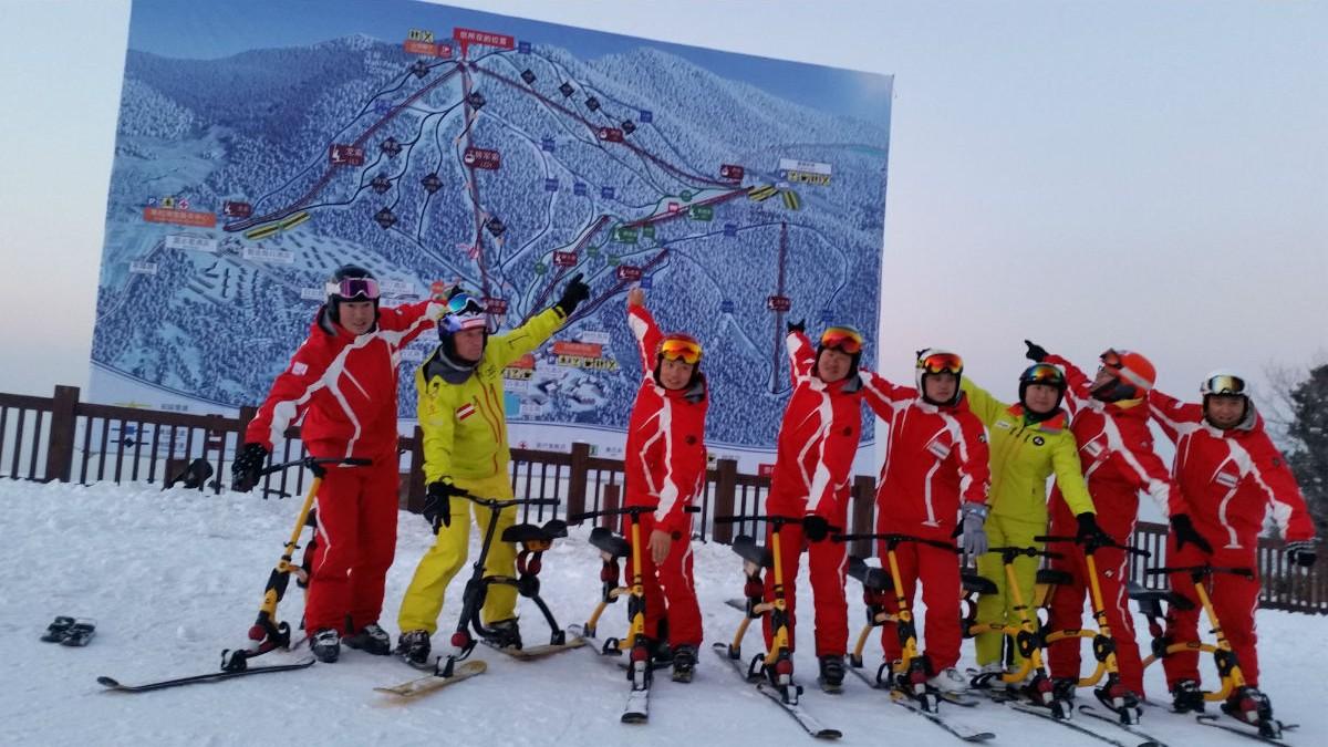 Skischule Koch: Snowbiker-Lehrer unter sich im Skiresort Changbaishan in China.
