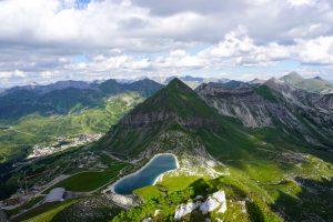 Tiefblick vom Gamsspitzl und gegenüber der Gipfel, von dem ich gerade gekommen bin, die Gamsleitenspitze.